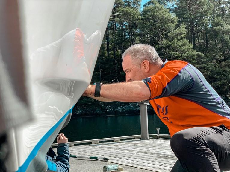 Mann bunnsmører båt